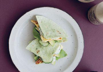 Sandwich au halloumi grillé, au concombre & mayonnaise aux herbes