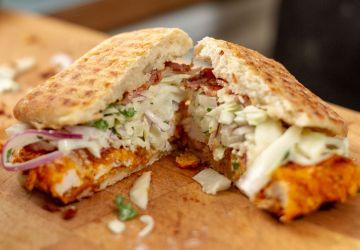 Sandwich ciabatta grillé au poulet pané Doritos, Monterey Jack, fenouil, choux et sauce ranch maison