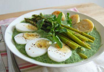 Repas printanier aux asperges et à la sauce aux herbes