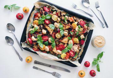 Repas tout-en-un sur le barbecue aux légumes d'été et tofu grillé