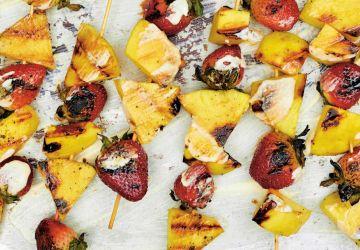 Brochette de fruits au BBQ sauce au yogourt et chocolat blanc