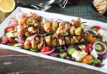 Kebabs grillés avec pommes de terre grelots et salade grecque
