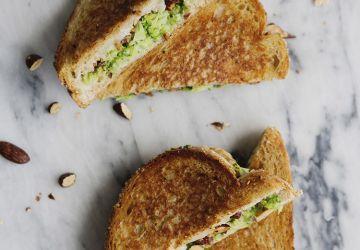 Grilled cheese aux amandes, au brocoli, au citron & au cheddar