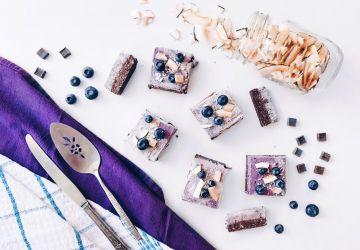 Carrés glacés véganes aux bleuets, noix de coco et chocolat