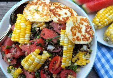 Salade de lentilles béluga au « reste d'épluchette » et fromage grillé