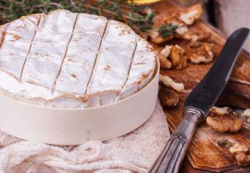 Brie coulant au pesto et aux noix