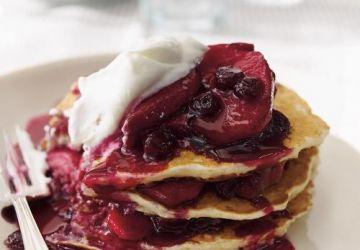 Pancakes au gruau, sauce aux bleuets et aux pommes