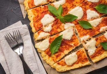 Pizza au fromage et aux tomates avec croûte de chou-fleur