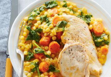 Escalopes de poulet, couscous israélien crémeux au jus de carotte