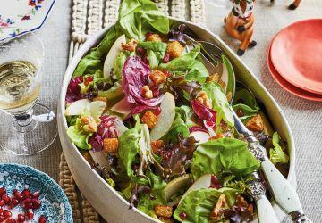 Salade verte à la poire et à la grenade, croûtons aux épices