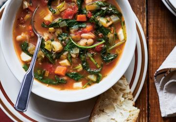 Soupe aux légumes et au fromage en grains à la mijoteuse