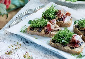Sandwich ouvert aux champignons et au jambon ibérique