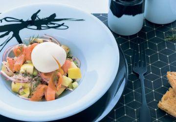 Salade-repas de pommes de terre au saumon fumé et oeuf poché