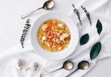 Soupe poulet et nouilles végane aux légumes racines