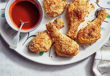 Pilons de poulet croustillants au sésame et sauce épicée au citron