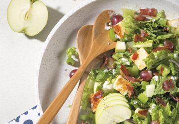 Salade de prosciutto croustillant, pommes, céleri et fromage BayaHalloumi