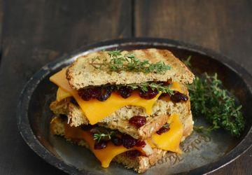 Grilled cheese au confit d'échalotes et auxcanneberges