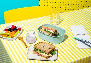 Sandwich aux œufs, bacon et oignonsmarinés