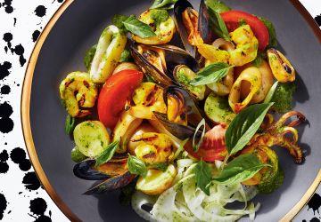 Salade de fruits de mer grillés et salsa verde au basilic thaï