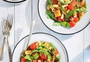 Panzanella de haricots blancs, tomates cerises et bacon
