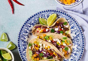Tacos de poisson grillé à la noix de coco, sauce crémeuse à lacoriandre