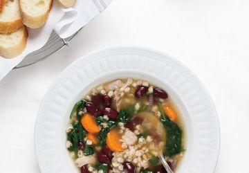 Soupe à l'orge, aux haricots rouges et aux épinards