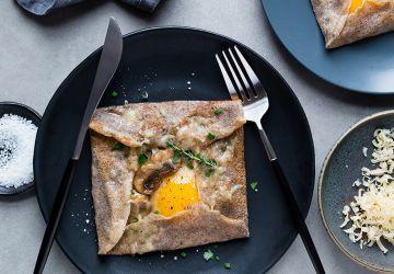 Galettes de sarrasin, œuf, champignons etthym