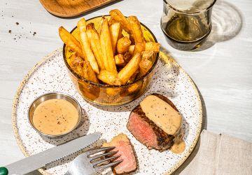 Sauce au poivre onctueuse sur steak de boeuf grillé
