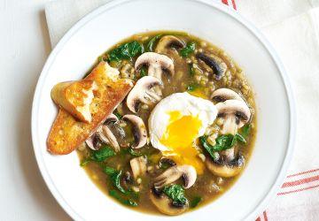 Soupe à l'orge, aux champignons et à l'oeuf poché