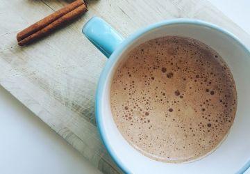 Chocolat chaud vegan crémeux à la cannelle (sans produits laitiers)