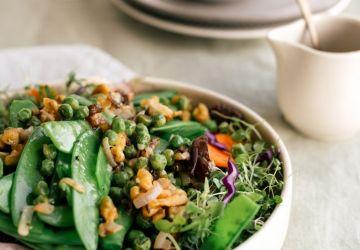Salade de pois frais, dattes & noix de Grenoble