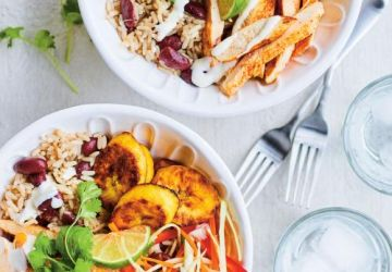 Bol de riz au poulet, bananes plantains et pikliz
