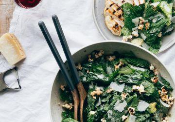 Salade César aux avocats & croûtons de pop-corn à l'ail et au parmesan