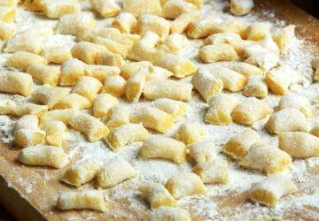 Gnocchis à la courge, chanterelles, pancetta et amandes fumées
