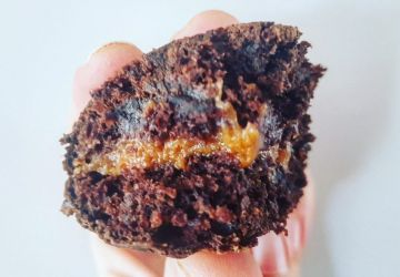 Cupcakes au chocolat fourrés au beurre d'arachide