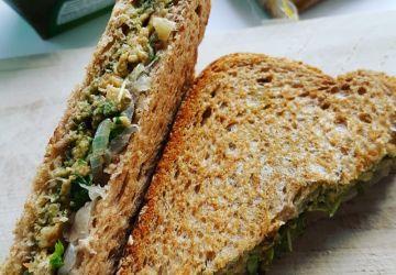 Sandwich grillé au pesto, végé-pâté et oignons confits