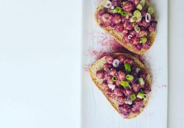 Salade de pois chiches rose à la poudre de canneberge