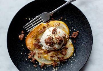 Crumble chanvre-cacao, poires poêlées et crème glacée