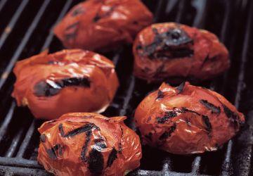 Sauce aux tomates grillées sur le barbecue