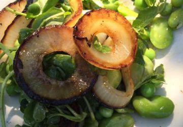 Oignons brûlés au barbecue, pois verts et gourganes en salade