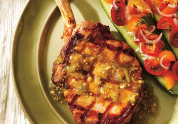 Côtes de porc à la salsa verde et concombres farcis aux tomates cerises