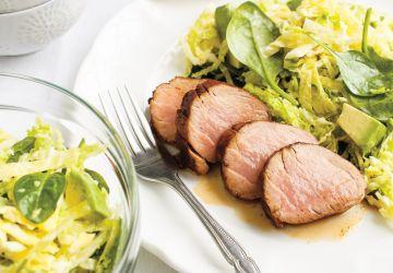 Filets de porc aux épices et salade de chou aux épinards