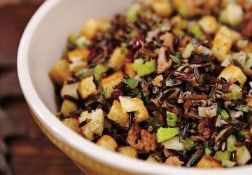 Farce de riz sauvage à la pomme et aux canneberges