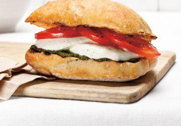 Sandwich aux tomates et au pesto