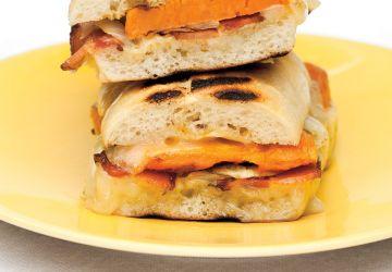 Paninis aux patates douces, au cheddar et au bacon