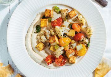 Sauté de tofu et de légumes sur houmous au yogourt