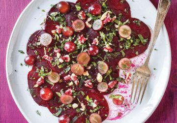 Carpaccio de betteraves aux raisins et aux noix rouges