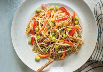 Salade de nouilles soba, d'edamames, de poivrons rouges et de fèves germées
