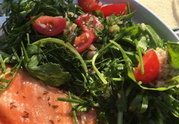 Salade d'herbes avec vinaigrette au gingembre frais