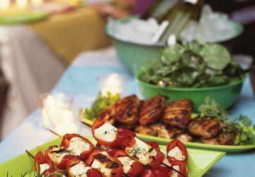 Mini brochettes de fromage halloum et de poivron grillé